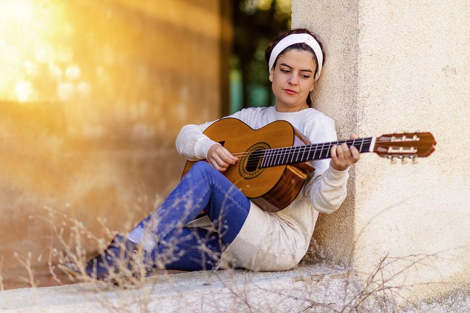 ¿Quién inventó la guitarra? Moderna y Eléctrica | Enciclopedia 7